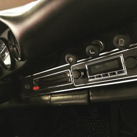Installation d'une autoradio RetroSound dans une Porsche 912